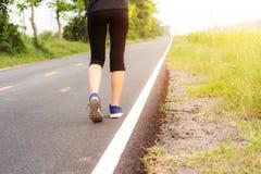 Ноги девушки jogging Стоковые Изображения