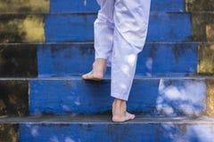Ноги детей без ботинка, шаг на лестницу через висок в f Стоковая Фотография