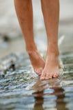 Ноги девушек на воде Стоковое Изображение RF