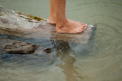 Ноги девушек на воде Стоковые Изображения RF