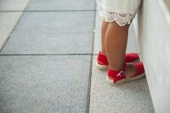 Ноги девушек с красными ботинками espadrille Стоковое Изображение RF