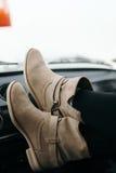 Ноги девушки в автомобиле Стоковые Фото