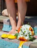 Ноги девушки в желтых квартирах балета и bridal букете Украшение цветков в их стиле причёсок волос Стоковое Изображение RF