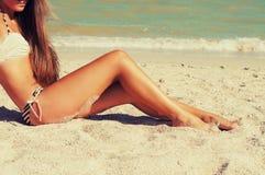 Ноги девушки в песке на пляже Стоковое фото RF