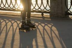 Ноги девушки в роликах на портовом районе Стоковые Изображения RF