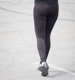 Ноги девушки в черном колготки идя вдоль дороги Стоковые Фото