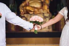 Ноги девушки держа розы Стоковое Изображение