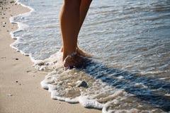 Ноги девушки идя в море развевают Стоковое Изображение RF