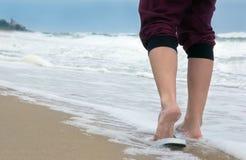Ноги девушки идя на пляж Стоковые Изображения RF