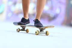 Ноги девушки конькобежца подростка на коньке всходят на борт Стоковое Изображение RF