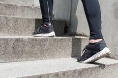 Ноги девушки на лестницах Стоковое Фото