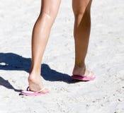Ноги девушки на песке Стоковые Фотографии RF