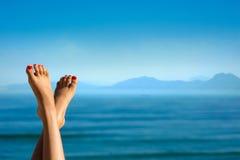 Ноги девушки на предпосылке гор Стоковая Фотография