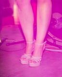 Ноги девушки на шпильках на этапе Стоковые Изображения