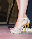 Ноги девушки на шпильках на этапе Стоковые Изображения RF