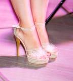 Ноги девушки на шпильках на этапе Стоковое фото RF