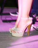 Ноги девушки на шпильках на этапе Стоковая Фотография RF