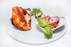 Ноги жареной курицы с салатом от овощей Стоковые Изображения