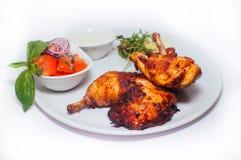 Ноги жареной курицы с салатом от овощей Стоковые Фото