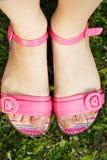 ноги женских розовых сандалий Стоковое фото RF