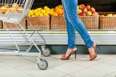 Ноги женского клиента с тележкой Стоковые Фото