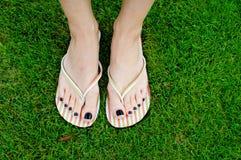 ноги женской травы ослабляя Стоковое фото RF