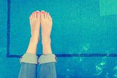 Ноги женщины бассейном Плоское положение Стоковые Изображения