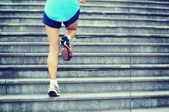 Ноги женщины бежать вверх на каменных лестницах Стоковые Фотографии RF