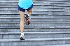 Ноги женщины бежать вверх на каменных лестницах Стоковая Фотография