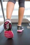 Ноги женщины бежать на третбане Стоковое Изображение RF