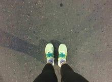 Ноги женщины в ботинках спорта Стоковая Фотография RF