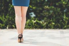 Ноги женщины в мини юбке и высокой пятке Стоковая Фотография