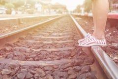 Ноги женщины идя в железную дорогу Стоковые Изображения