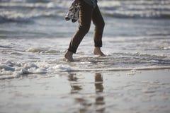 Ноги женщины идя морским путем берег Стоковые Изображения RF