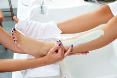 Ноги женщины маски увлажнителя Aplying кормя Стоковая Фотография