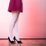 Ноги женщины моды в белом колготки Стоковые Фотографии RF