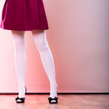 Ноги женщины моды в белом колготки Стоковое фото RF