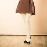 Ноги женщины моды в белом колготки Стоковые Изображения RF
