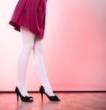 Ноги женщины моды в белом колготки Стоковые Фото