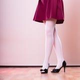 Ноги женщины моды в белом колготки Стоковые Изображения