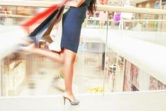 Ноги женщины моды крупного плана бегут для ходя по магазинам скидок Стоковые Фотографии RF