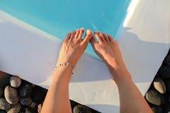 Ноги женщины на бассейне Стоковое Изображение