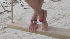 Ноги женщины на качании дерева видеоматериал