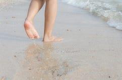 Ноги женщины на пляже с естественным Стоковое Изображение