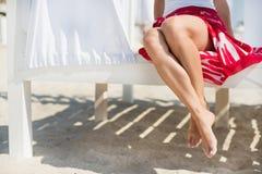 Ноги женщины на пляже Стоковые Изображения RF