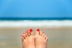 Ноги женщины на пляже Стоковые Фотографии RF