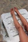 Ноги женщины на салоне фаэтона стоковое изображение rf