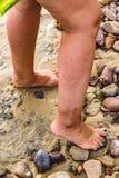 Ноги женщины на скалистой земле Стоковые Фото