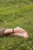 Ноги женщины на траве Стоковое Изображение