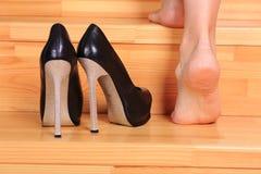 Ноги женщины на трапе Стоковое Фото